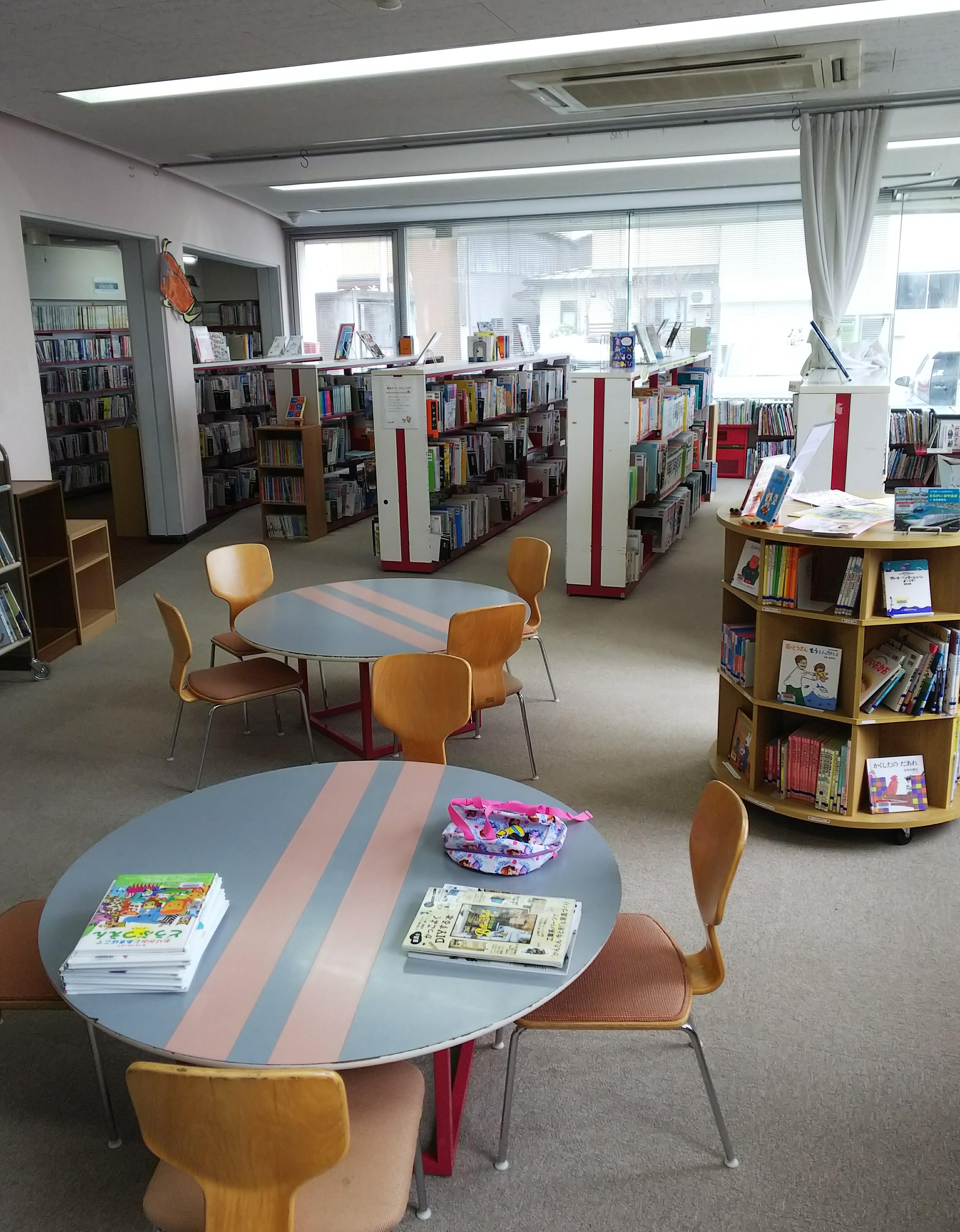 横手図書館 館内